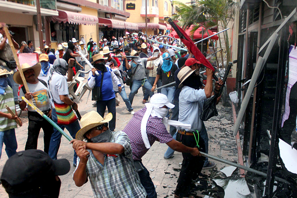 TEACHERS AND ACTIVISTS DESTROY POLITIC HEADQUARTERS IN SOUTHERN MEXICO