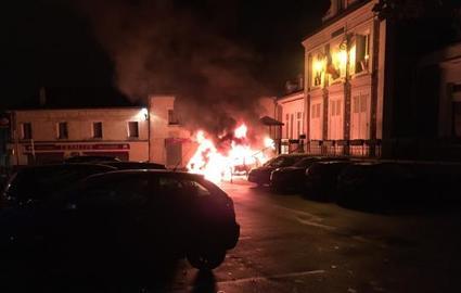 Des voitures stationnees le long de la mairie ont ete incendiees dans la nuit, ainsi que d'autres, aux ateliers municipaux.