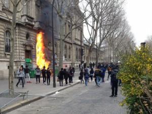 La manifestation des lycéens et étudiants contre le projet de loi sur le travail a dégénéré, ce 24 mars 2016 à Paris, avec deux voitures incendiées et 15 personnes interpellées en marge du cortège. A Nantes, des incidents ont opposé à plusieurs reprises les forces de l'ordre à des manifestants encagoulés. Le point en images. Ici, la grande porte du lycée Jacques Decour, dans le 9e arrondissement de Paris, a été incendiée, comme en témoigne cette photo postée par Stéphane Moret sur Twitter.