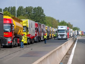 Truck drivers from the Force Ouvriere labour union block the A26 highway on May 17, 2016 in Saint-Omer to protest against proposed changes in employment law. / AFP PHOTO / PHILIPPE HUGUEN